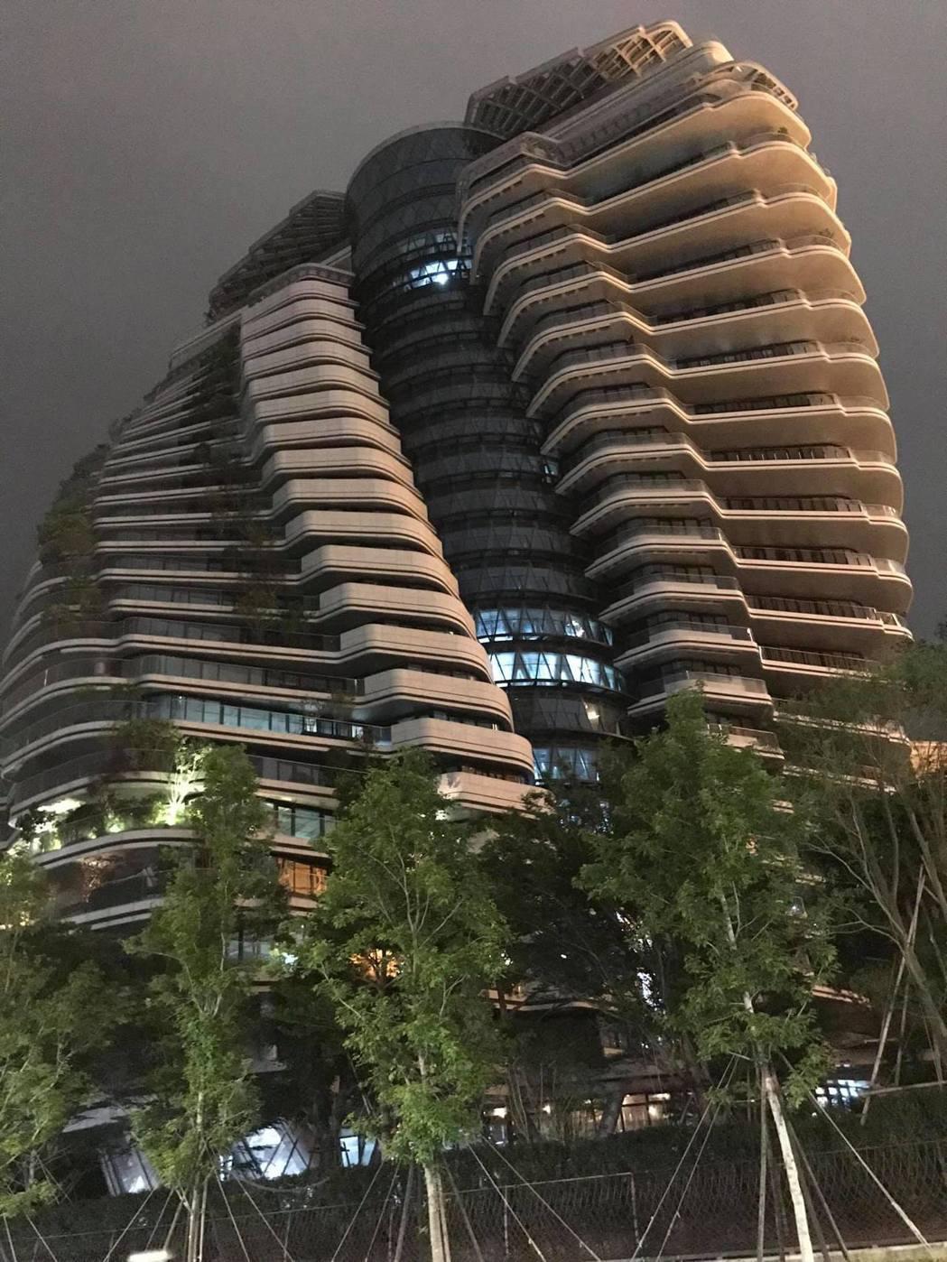 一名網友晚上經過時發現,陶朱隱園的低樓層屋內有亮燈,於是就向廣大網友問道「這棟億...