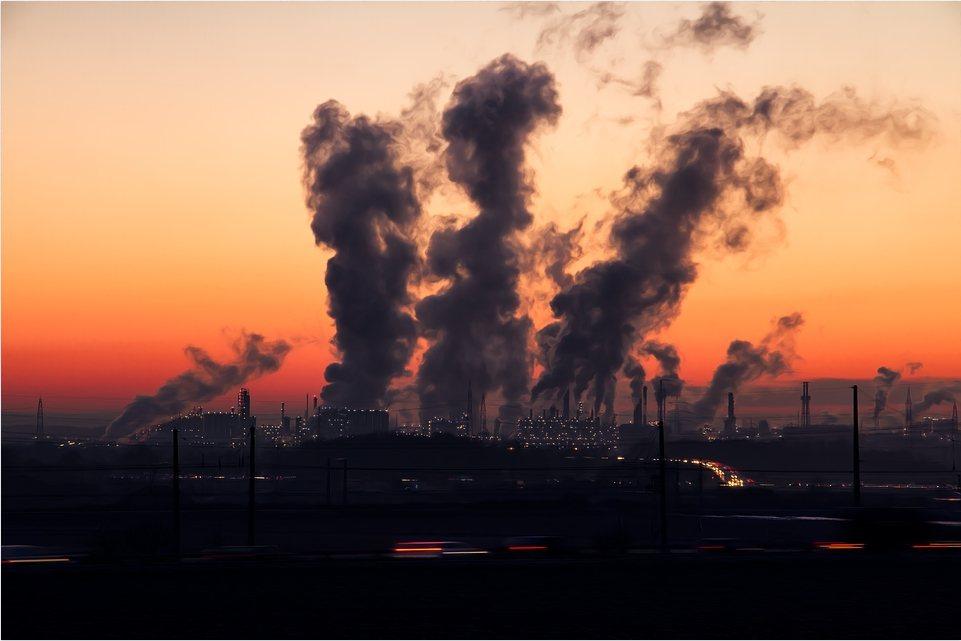作家強納森‧法蘭岑指出:人類「明明很清楚碳對大氣造成的影響,也沒有排放碳的絕對必...