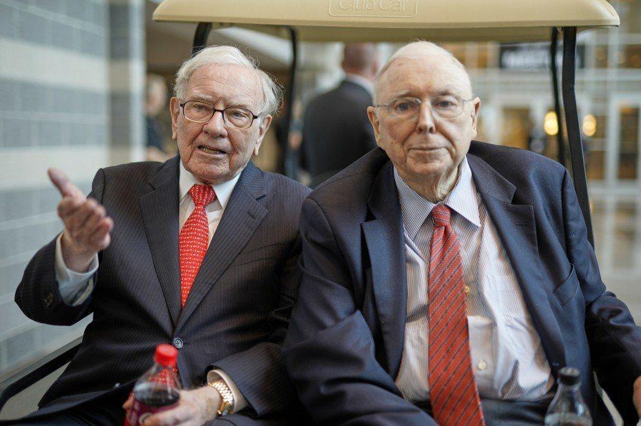 「股神」巴菲特的老搭檔孟格(圖右)接受華爾街日報專訪說,他們的波克夏公司將會在這場新冠疫情風暴中謹慎行事。 美聯社