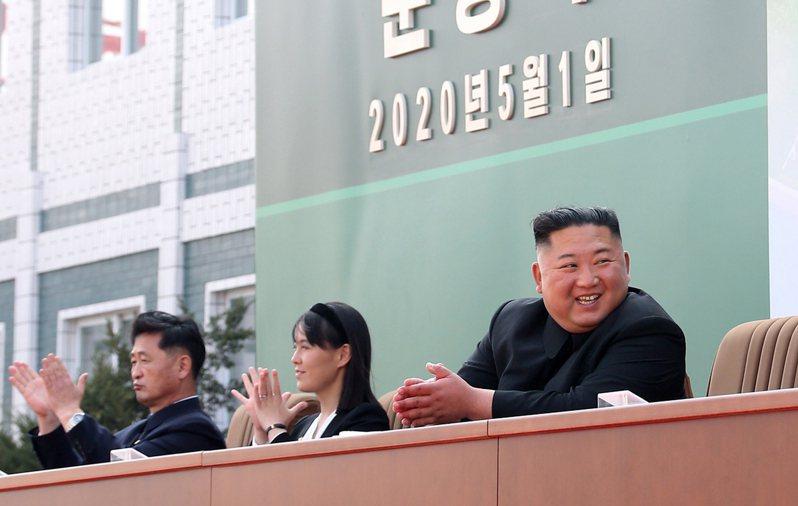 朝中社發布金正恩(右)出席磷肥工廠竣工儀式的照片,牆上註明時間是今年五月一日,意圖破除是否為舊照片的懷疑。(新華社)