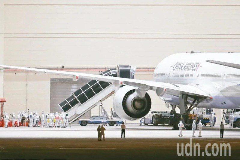 印度撤僑專機129人今(5日)抵台,9名有症狀者在機場採檢後,目前採檢都是陰性。圖為華航類包機協助滯留湖北國人返台。本報資料照片