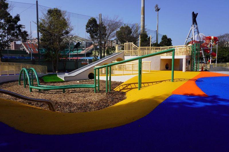 為建構共融式環境,遊戲場外圍步道採藍色PU材質鋪面。圖/台北市體育局提供