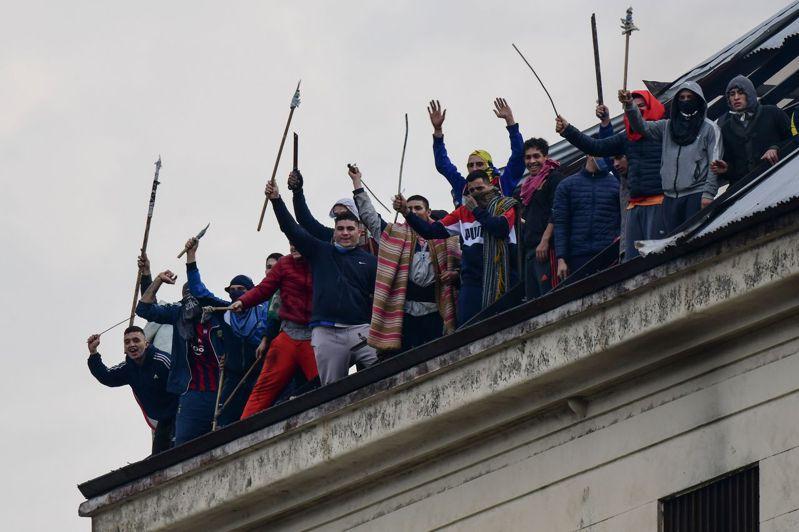 阿根廷布宜諾斯艾利斯市Villa Devoto監獄4月24日發生暴動,囚犯登上屋頂,要求獄方加強抗疫。 法新社
