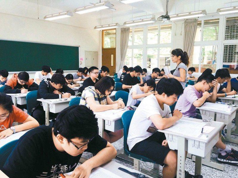 國中教育會考將於5月16日及17日登場,考生進入考場得全程戴口罩,今年也禁止家長陪考。圖/本報資料照片