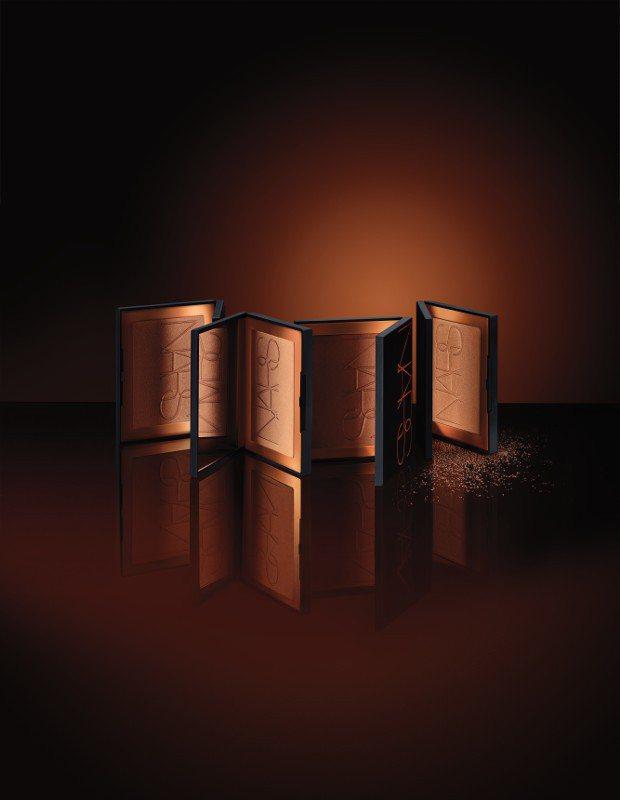 NARS全新推出「金緻誘光」系列商品,主打被陽光親吻過的古銅色光澤感妝容。圖/N...