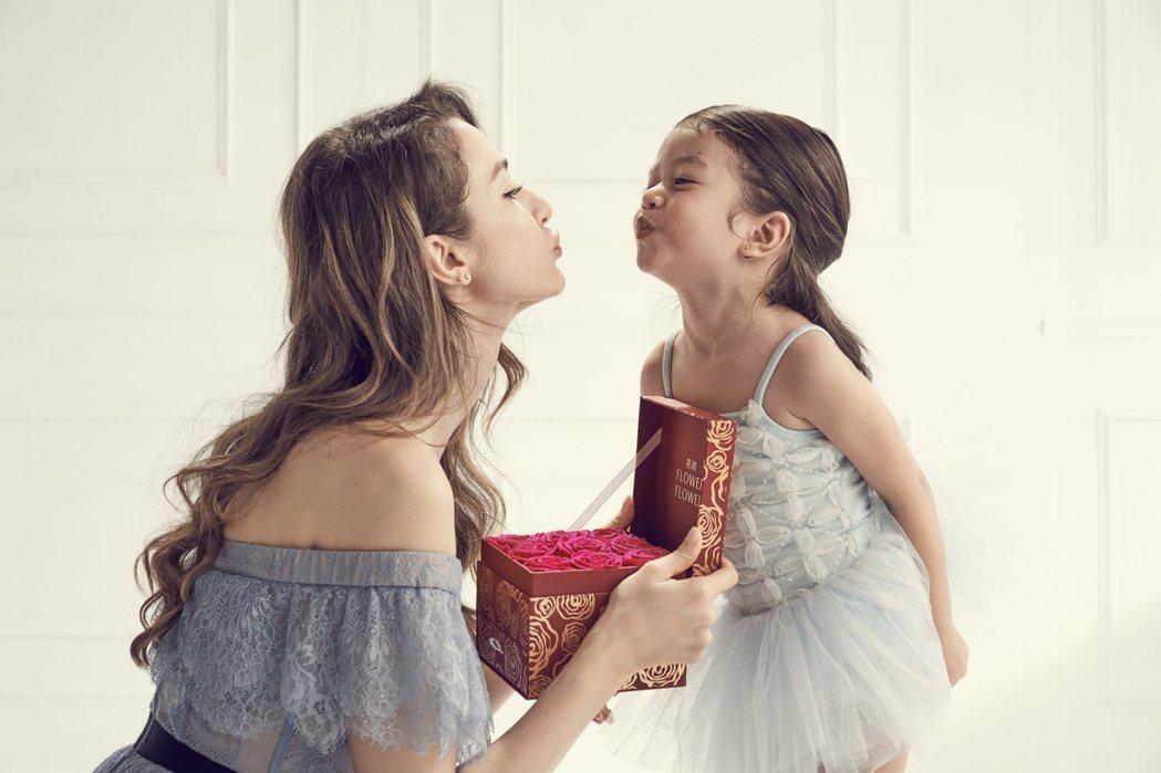 瑞莎與女兒一起拍攝代言形象照。圖/Flowerflower花的
