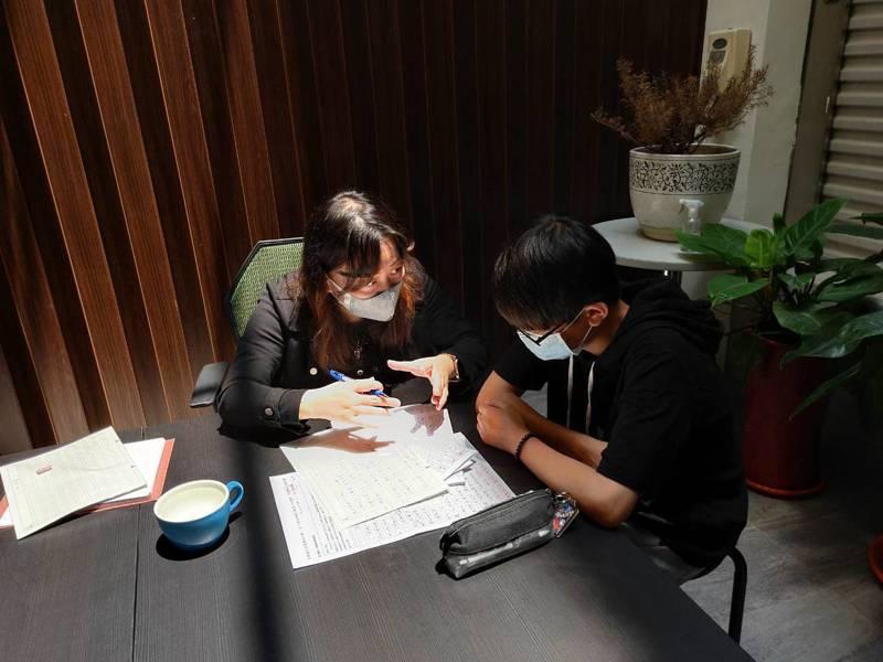苗栗縣議員黎煥強結合高中老師陳怡君在服務處,今天首推一對一會考作文指導,4名學生收穫滿囊。圖/黎煥強提供