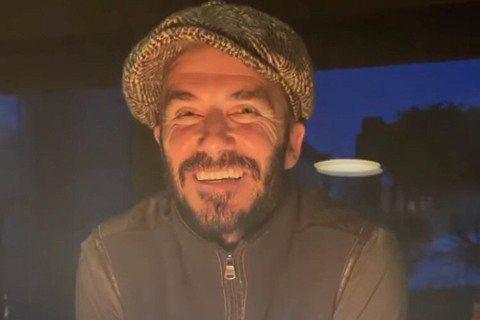 前足球明星貝克漢於2日滿45歲,今年由於新冠肺炎疫情影響,他們並未舉辦慶生派對,而是與家人在英國郊區低調過生日,他的愛妻維多莉亞也在IG上貼出貝克漢吹蛋糕的影片,蛋糕上還題字寫下「老爹,祝你生日快樂...