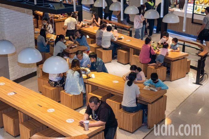 大江購物中心共餐區座位按防疫規格劃分。圖/桃園市政府新聞處提供