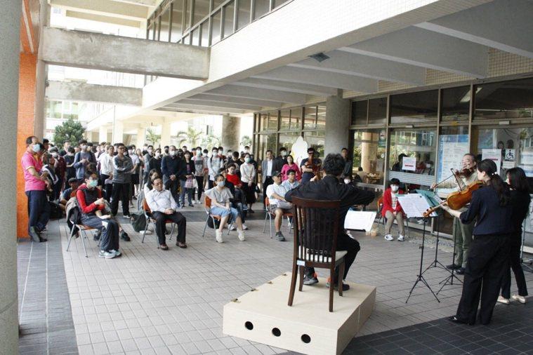 大提琴家張正傑四月份曾在海洋大學舉辦小型「快閃」戶外音樂會,反應意外熱烈。圖/張...