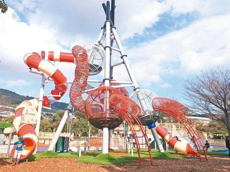 天母夢想樂園結合天母棒球場特色,打造高達9公尺的棒球主題遊具。 圖/北市體育局提供