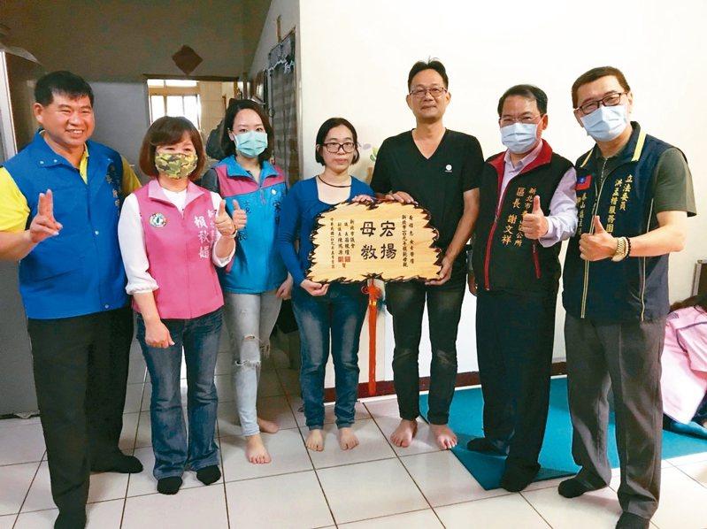 泰山區長謝文祥(右2)帶著獎牌、禮品至黃雅惠(右4)家,祝賀她當選109年度新北市泰山區模範母親。 記者吳亮賢/攝影