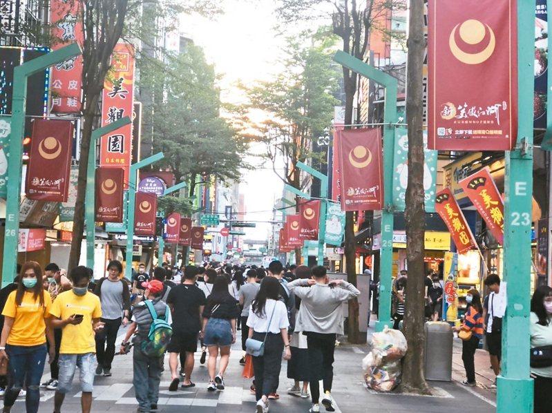五一連假西門町湧入逛街人潮,但外國觀光客商圈、夜市業者仍憂心,還是要盼到國外觀光客,生意才能有起色。 記者林麗玉/攝影