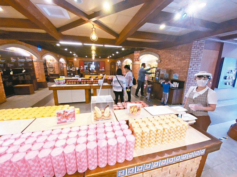 疫情衝擊,宜蘭縣亞典蛋糕密碼館人潮掉7成、業績下滑4成。 記者羅建旺/攝影