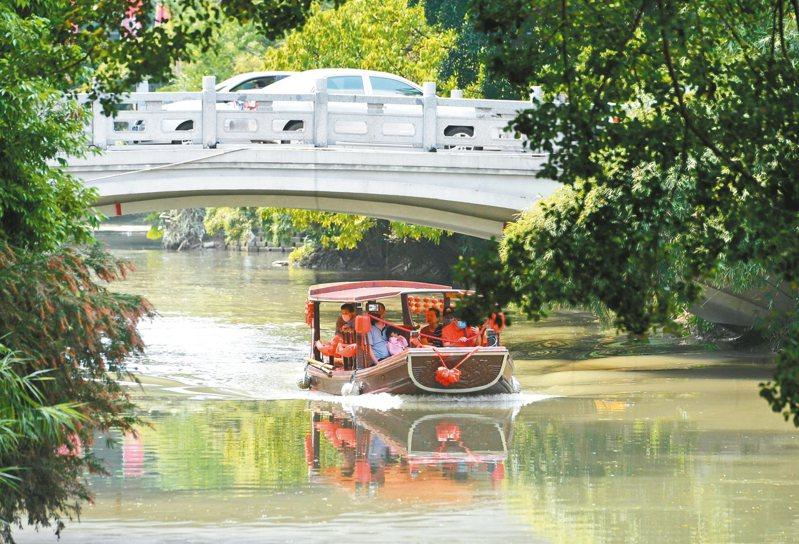 5月3日民眾乘船遊覽白馬河。 中新社