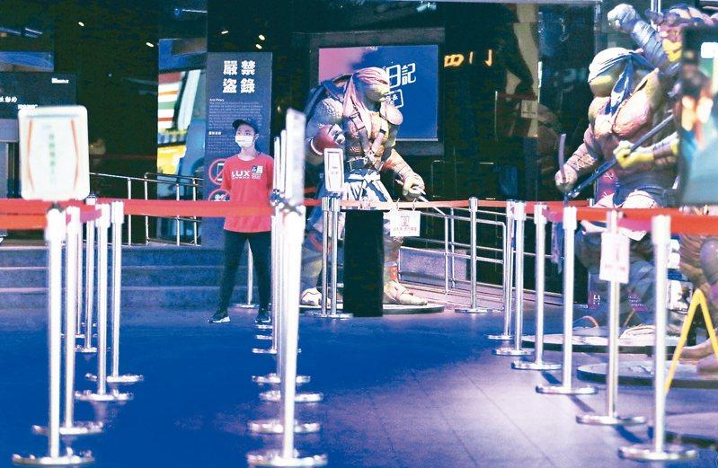 疫情衝擊,消費急凍,連平日年輕人聚集的戲院也冷清不少。 記者潘俊宏/攝影
