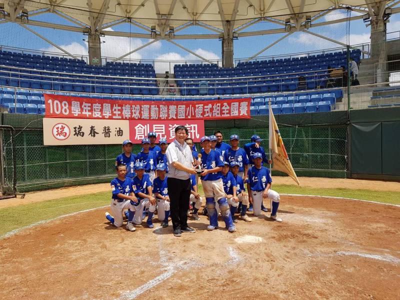 全國國小棒球硬式組聯賽昨天在台南亞太棒球訓練中心舉辦冠軍爭奪賽,由桃園市中平國小以10比0打敗對手奪冠。圖/台南市教育局提供