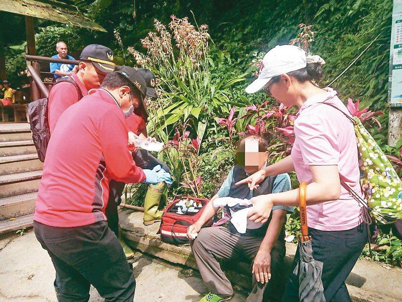 78歲老翁獨自前往抹茶山半路摔傷,消防救護人員趕往救援。 圖/消防局提供
