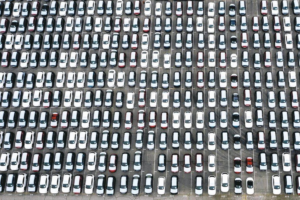 美國汽車供應過剩,甚至出現「車泊海上」景象。圖為停放在洛杉磯港口碼頭的汽車。 彭...