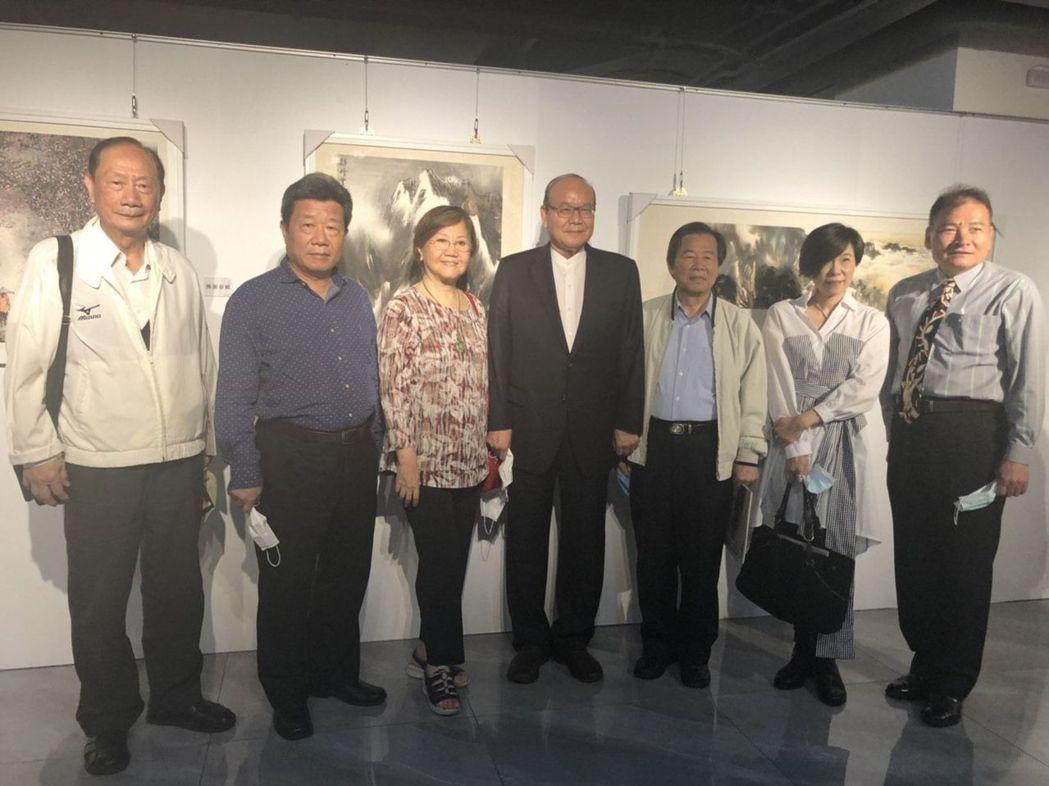 黃慶源大師(右一)、董事長高崇雲伉儷(右五、六)。