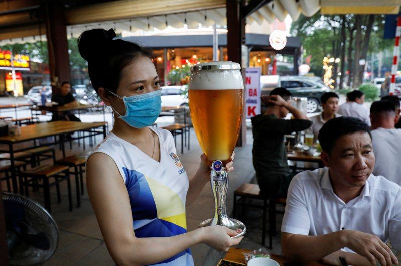 新冠肺炎疫情爆發讓美國進入全國緊急狀態,不少人重拾中止數十年的釀酒技術,在家自行釀起啤酒。 路透社   ※ 提醒您:禁止酒駕 飲酒過量有礙健康