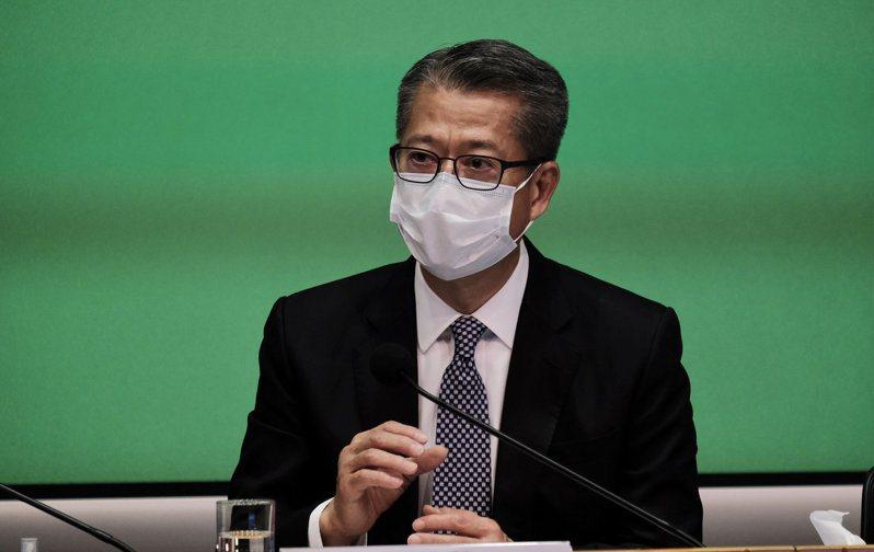 政府將在今天公布首季預估的經濟增長(GDP)數據,財政司長陳茂波指香港經濟正處於深度衰退。 中國新聞社