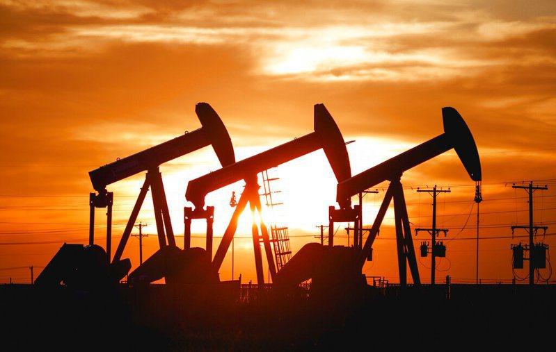 上週漲勢強勁的國際油價回跌。 美聯社