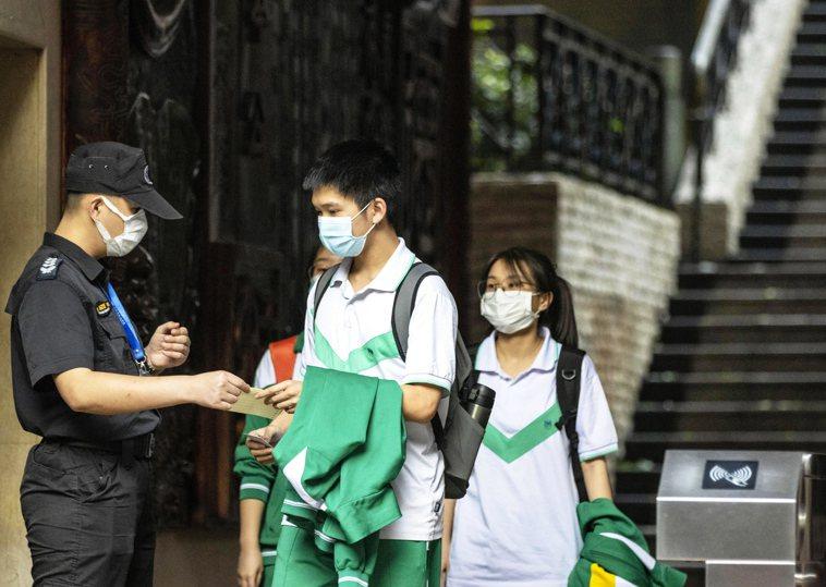 中國大陸傳出2名中學生因戴口罩跑步猝死。示意圖非當事人。圖/歐新社
