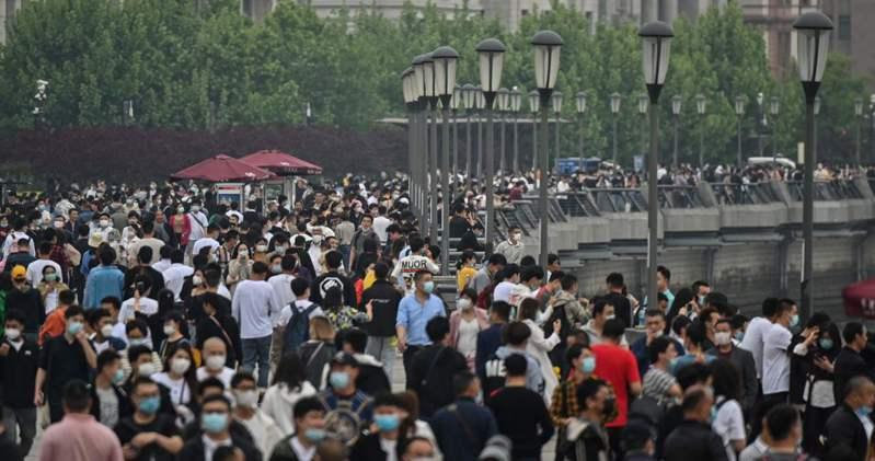 新冠肺炎疫情趨緩,勞動節假期中國民眾大舉出外旅遊。圖/法新社