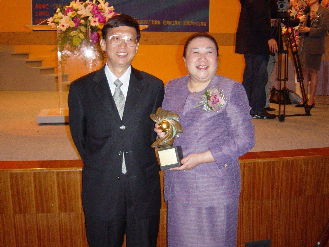 程伶輝女士(右)和毛嘉洪教授(左)合影。