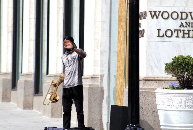這位「不想出名」的音樂人在空蕩的首都街頭演奏長號,他想用音樂填補城市和人心的空虛,自己也在演奏和舞蹈中感到自由。(記者張筠 / 攝影)