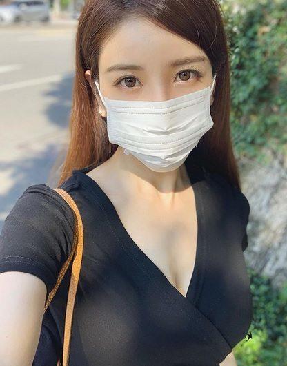 亞里沙照片火辣,戴口罩也無法遮住精緻五官。圖/取自PTT