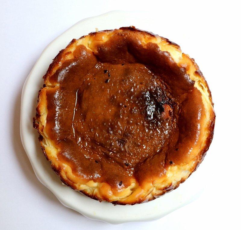 「皺皺蛋糕」表面焦黑凹凸不平是一大特色,入口後如雞蛋布丁般口感滑順,散發濃濃起司...