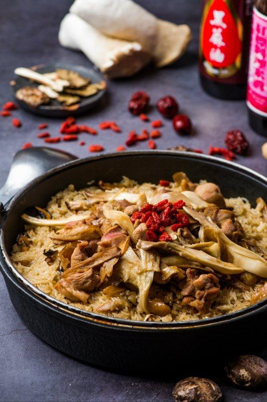 「麻油雞酒飯」傳統料理方式費工,米飯選用口感Q軟有嚼勁的長糯米,以雞湯泡熟,拌炒...