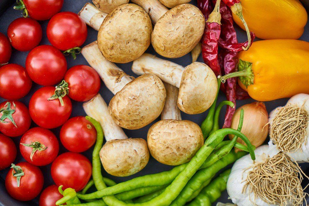 蔬果進階的選擇上應該不要只攝取單一蔬果或某幾種蔬果,而是應該要如同彩虹般的各種顏...