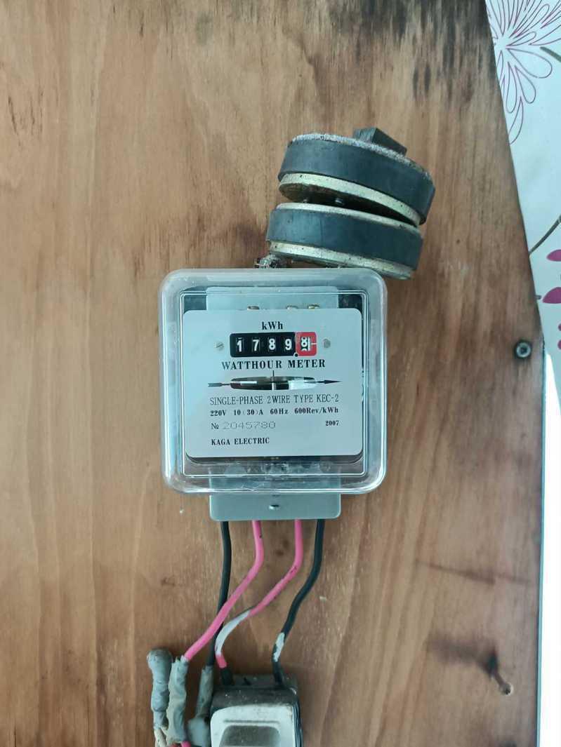 房客放磁鐵企圖干擾電表運轉以少付電費。圖片來源/臉書