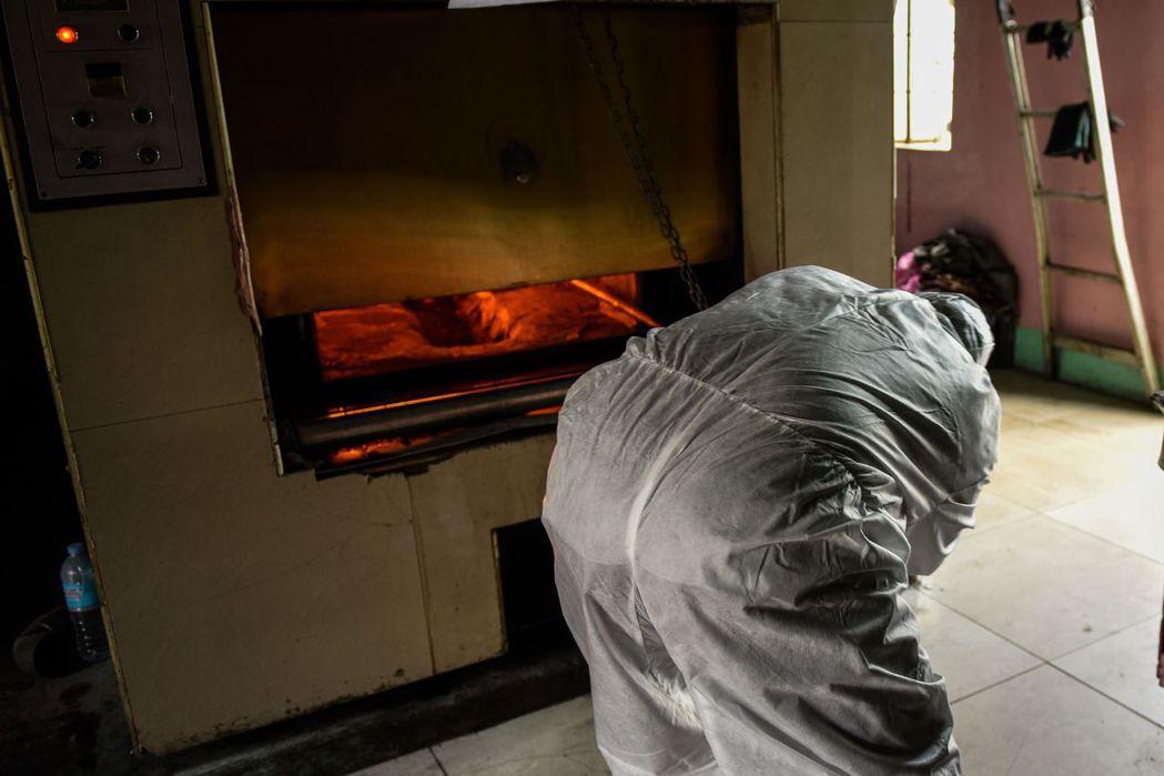 里安德羅的家族,就因接下來的喪葬安排——老爸火化的骨灰,是不是還得循信仰傳統重新...