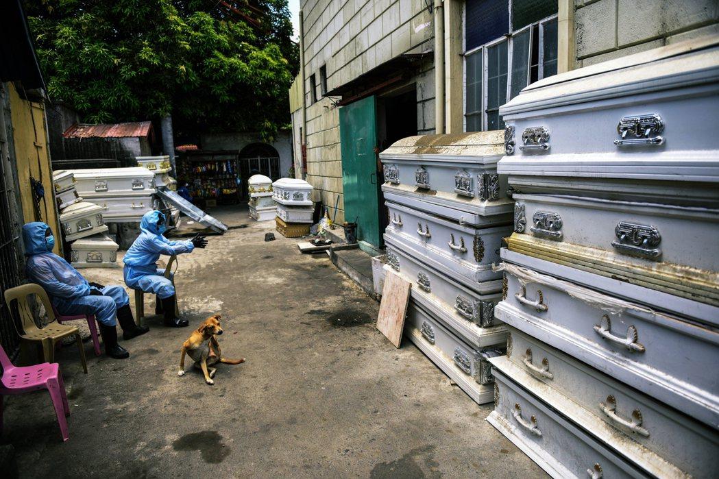 菲律賓的天主教喪葬禮俗以「土葬」為主,原本的火化能量一時趕不上政策需求。 圖/法...