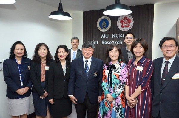 成功大學校長蘇慧貞(右三)與馬希竇大學校長於泰國海外基地合照。 成大/提供