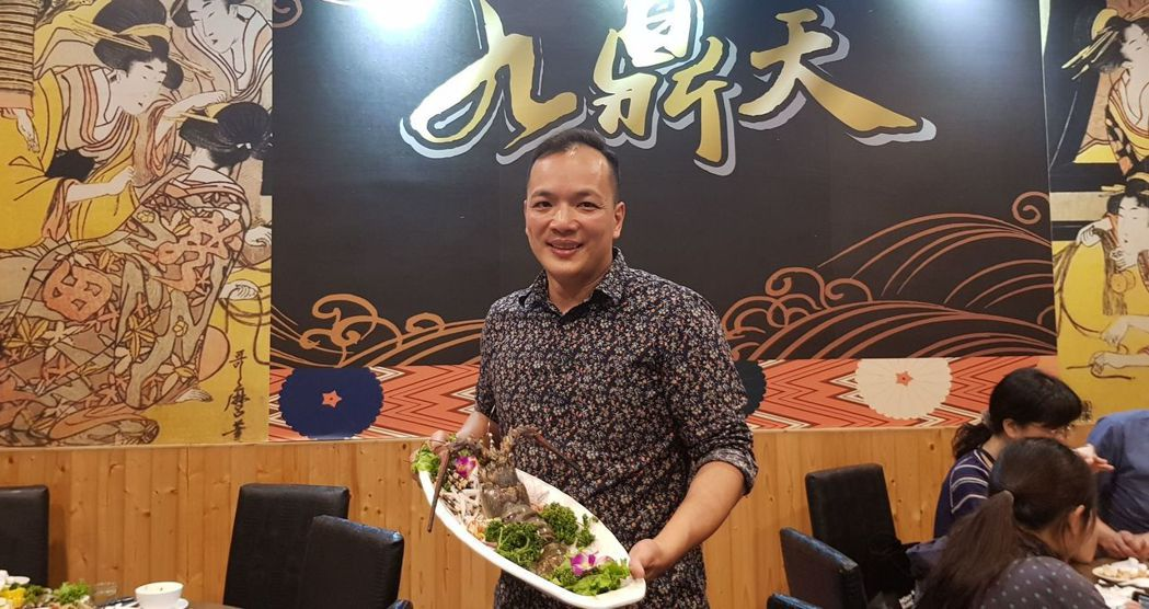 「九鼎天活蝦活蟹料理」餐廳的年輕老闆蔡友孝,採一條龍式的從源頭掌握新鮮水產,不僅...