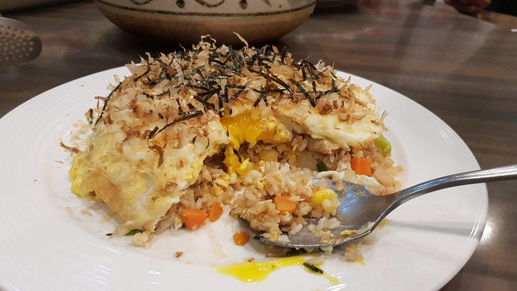 蔡友孝開發的招牌菜-大阪燒台式蛋炒飯,看似簡單卻又不平凡的主食,有著令人懷念的口...