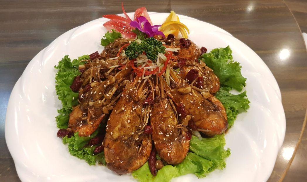 川味麻辣蝦採用特調的醬料,不僅麻香深深入味,且麻而不辣,香味濃郁,用手剝完蝦後,...