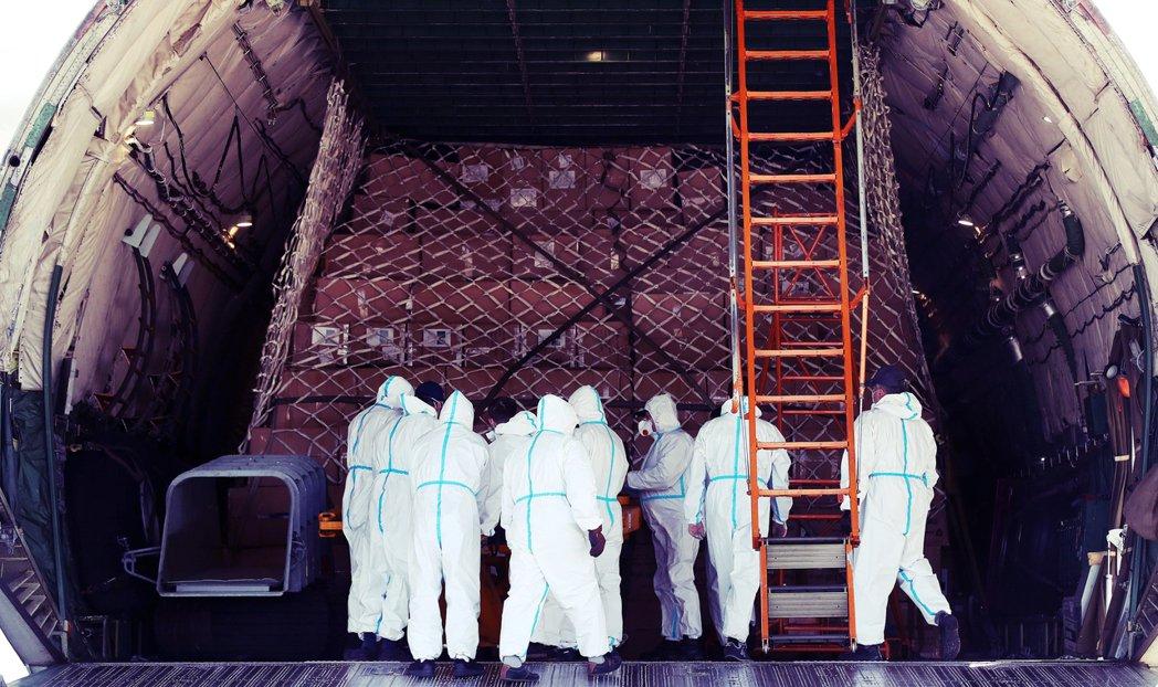 4月底,一批來自中國的防疫物資,抵達德國萊比錫的機場。 圖/法新社