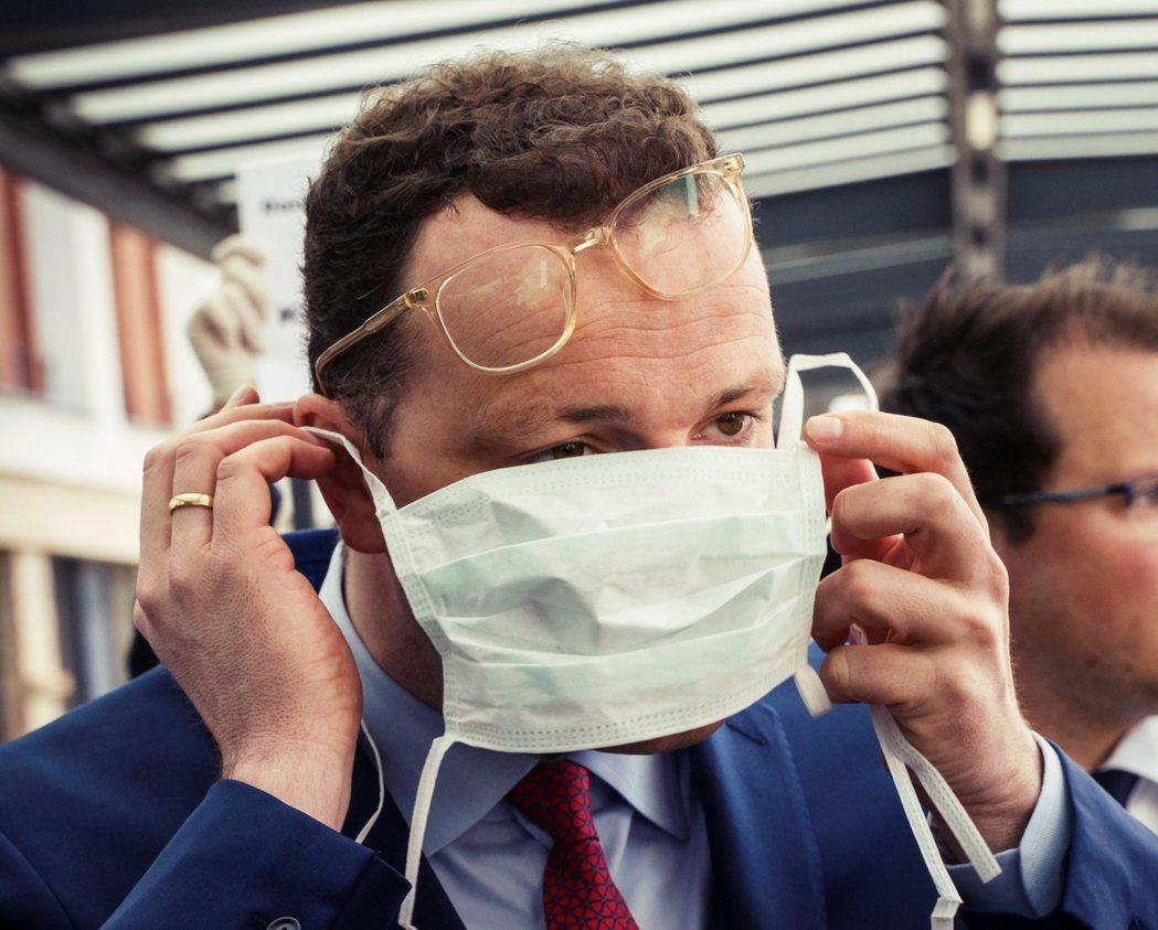 《明鏡》揭穿了國王的新衣:聯邦政府對口罩一事曖昧被動、宣稱民眾不必戴口罩,是因為...