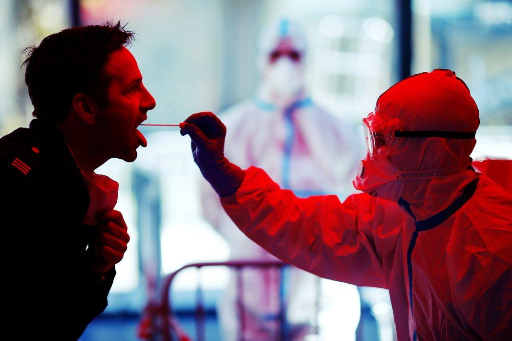 柏林市府的一名衛生主管坦承,無法讓所有符合通報標準的病患都接受篩檢——否則所有實...
