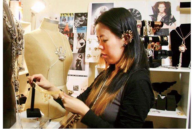 曾被獲選為「世界百大珠寶設計師」的台裔旅美珠寶設計師—丘琬琳Jade。
