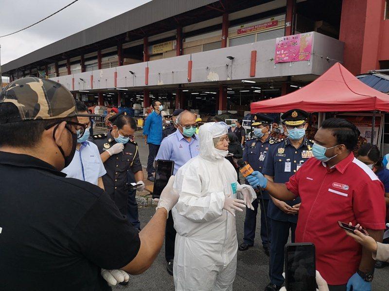 馬國醫療人員的防護衣短缺,但有部長仍全副武裝帶著媒體到一些地點進行消毒,引來浪費資源的批評聲浪。