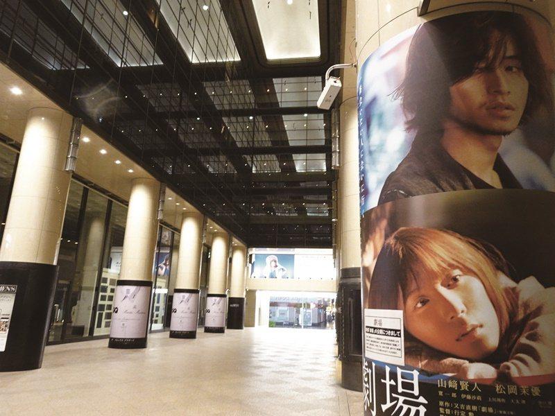 疫情影響,各國電影院大多不是暫時關閉,就是門可羅雀。圖為東京銀座貼出歇業告示的電影院。圖/楊明珠 (中央社記者)