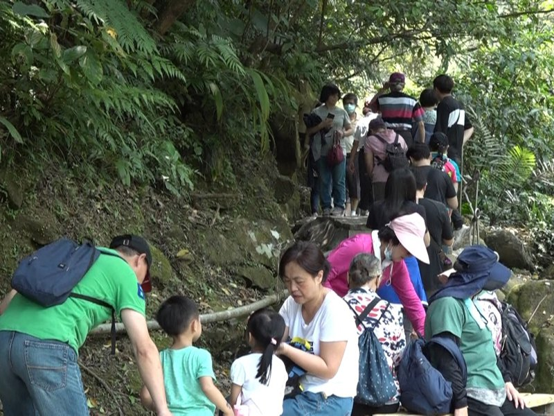 汐止區的姜子寮絕壁步道湧入了大量遊客,汐止區公所也連續三天安排人員站崗,控制入場人數。 圖/觀天下有線電視提供