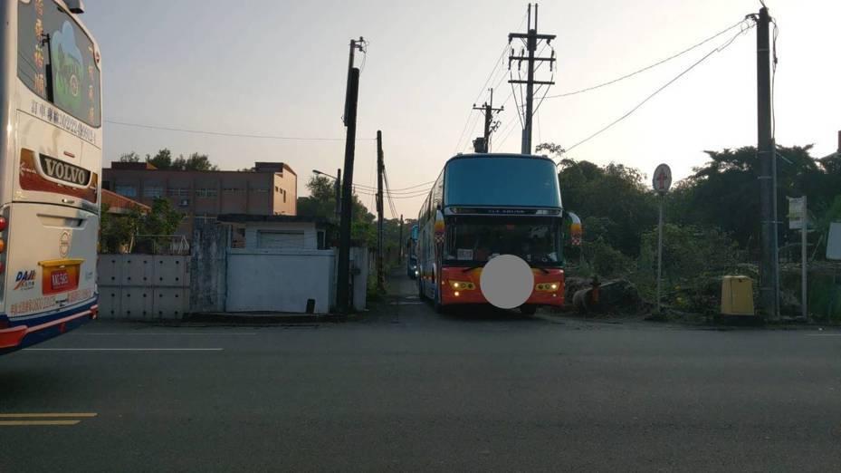 兰阳检疫所官兵38人今晨出关,由专车载回住家附近200公尺处放人,乖乖回家自主管理。 记者戴永华/摄影